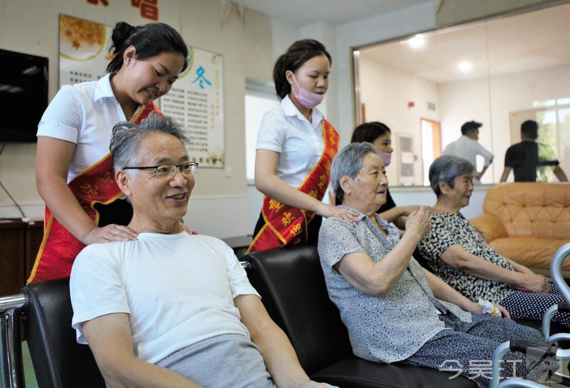 剪完头发,理发师们还轻轻地帮老人们按摩头皮和肩膀,贴心的服务得到了